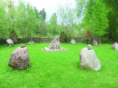 Aisčių saulės ratas – šventvietė, kurią juosia 11 įspūdingų akmenų.
