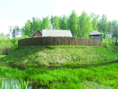 Pilis, pastatyta ant pelkės ir supama vandens kanalo.