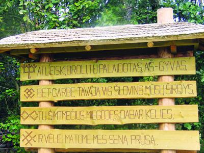 Lankytojus prie stovyklos šiandien pasitinka užrašas keturiomis kalbomis: prūsų, lietuvių, lenkų ir vokiečių.