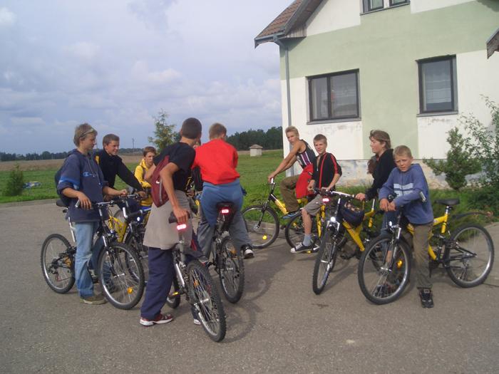 Vaikai dviračiais ne tik mėgsta važinėti, bet geba jais ir pasirūpinti.