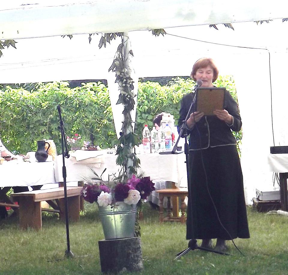 """Susirinkusiuosius sveikina """"Gulbinėlio"""" kaimo bendruomenės pirmininkė Justina Kiverienė."""