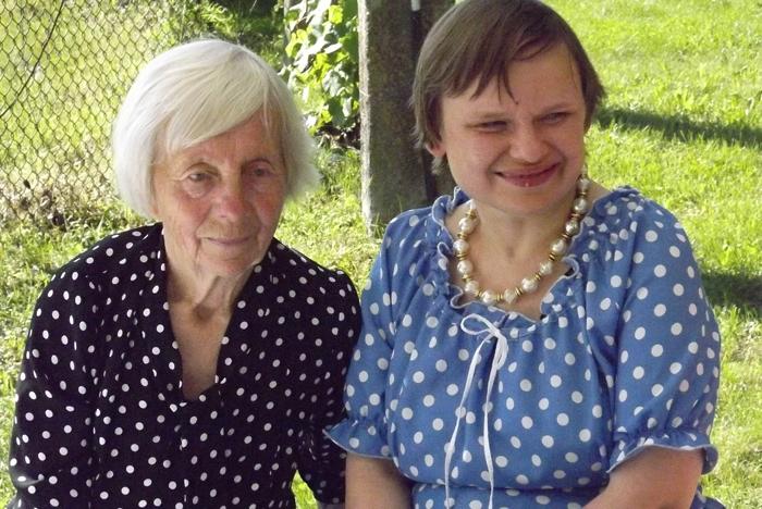 Vyriausia istorinės sodybos gyventoja Aldutė su dukra.