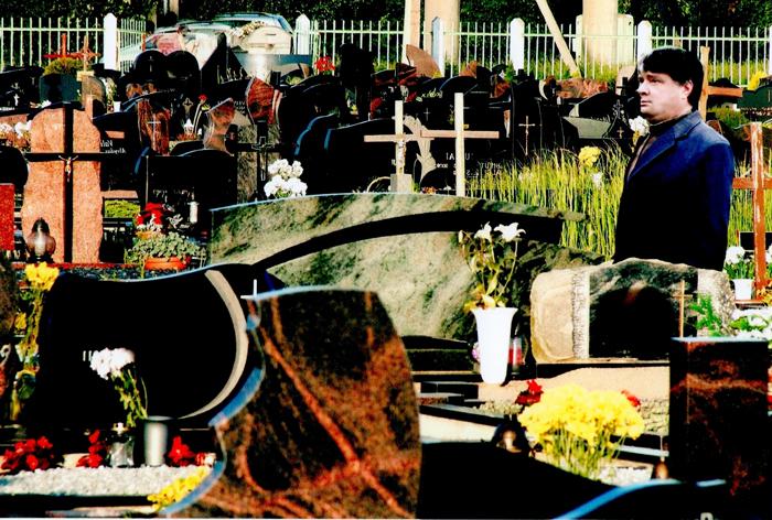 Tokį jį matome darbe - padedant išlydėti į paskutiniąją kelionę mirusiuosius.