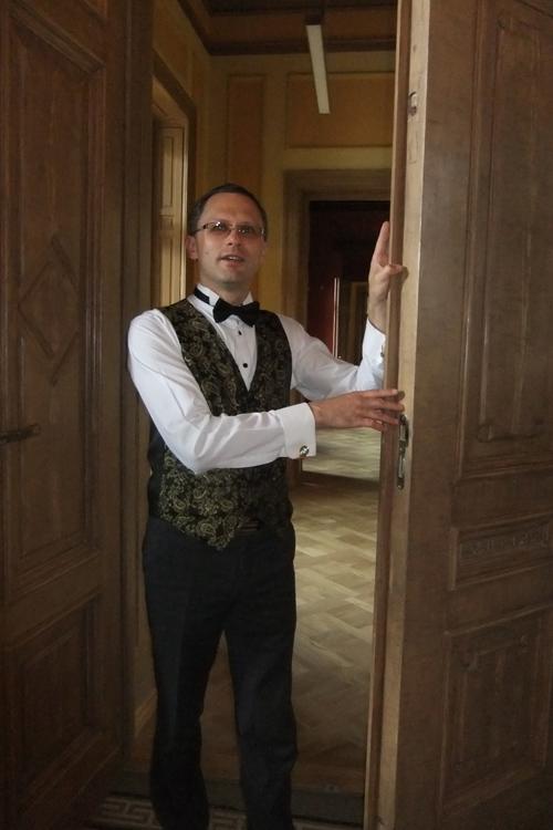 """""""Sveiki atvykę!"""" – ekskursantus pasitinka """"dvaro ponaitis"""" – Gelgaudiškio kultūros centro direktorius Edgaras Pilypaitis."""