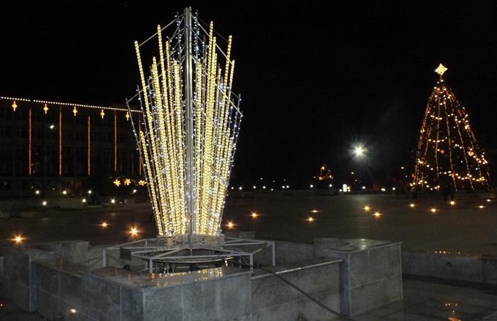 Kalėdinis fontanas ir eglė Marijampolėje.