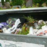 Kai ant kapų žydėjusios gėlės tampa atliekomis
