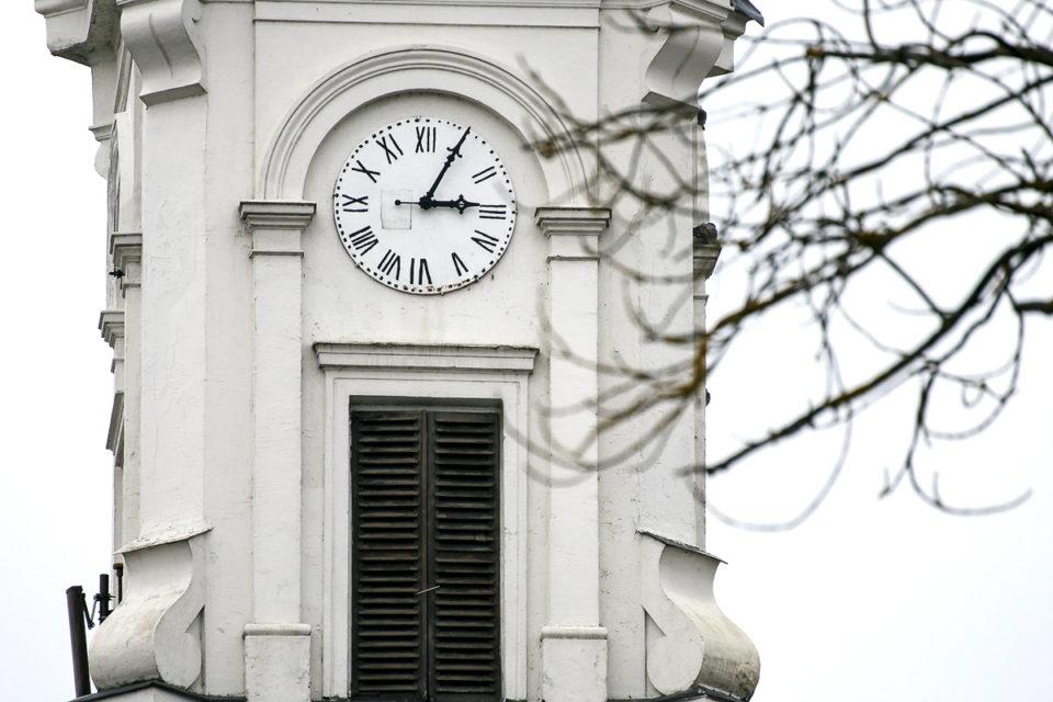 """Marijampolės """"baltukės"""" bažnyčios rytinis bokšto laikrodis."""