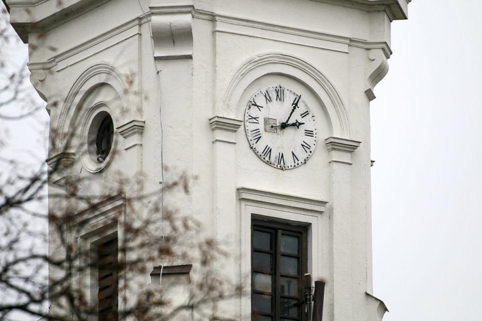 """Marijampolės """"baltukės"""" bažnyčios pietinis bokšto laikrodis."""
