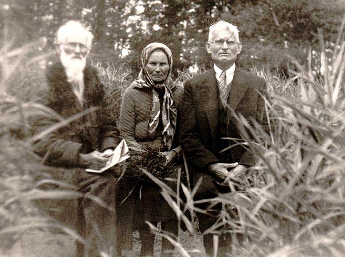 Vincas Grinius, Ona Griniūtė Bacevičienė ir Kazys Grinius. Alksniškės 1943 m. vasara.