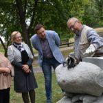"""Marijampolės Poezijos parke – tarptautinis skulptorių pleneras """"Šiuolaikinė poezija""""."""
