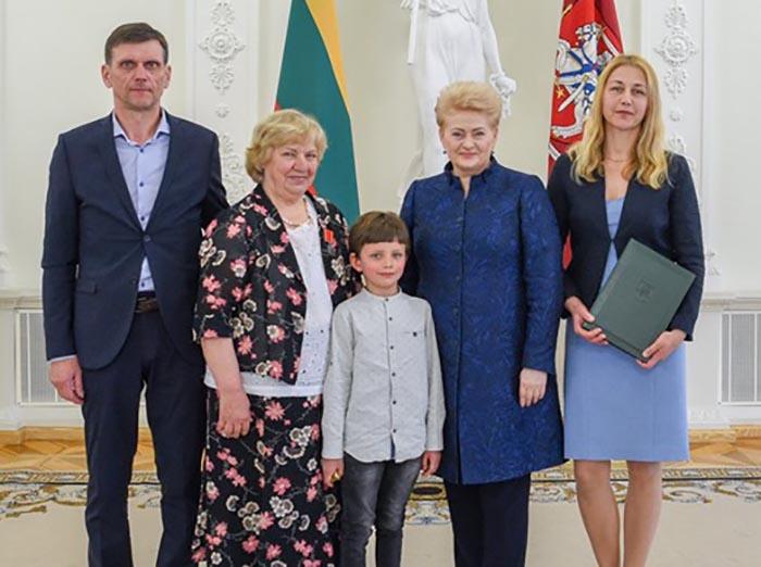 Marijampolietei Petronėlei Onai Liorentienei – Prezidentės apdovanojimas už puikius vaikus