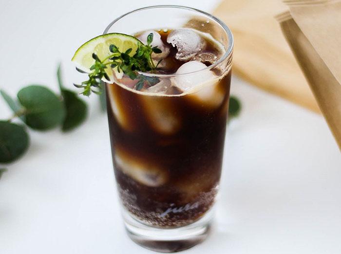 Kaip pasigaminti gaivinančią šaltą kavą namie? Pateikiame 5 receptus