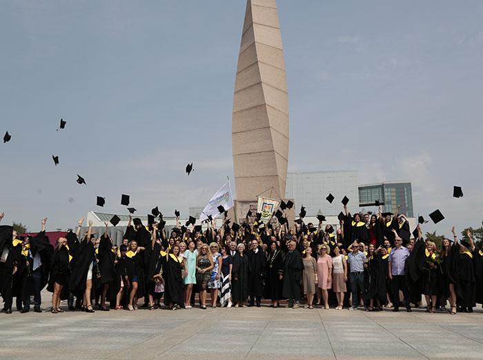 Marijampolės kolegijos absolventams įteikti mokslo baigimo diplomai
