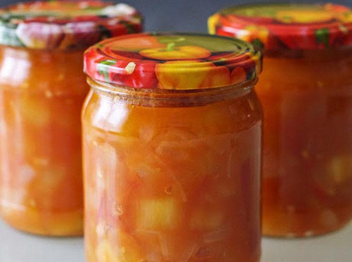 Cukinijų mišrainė žiemai su pomidorais