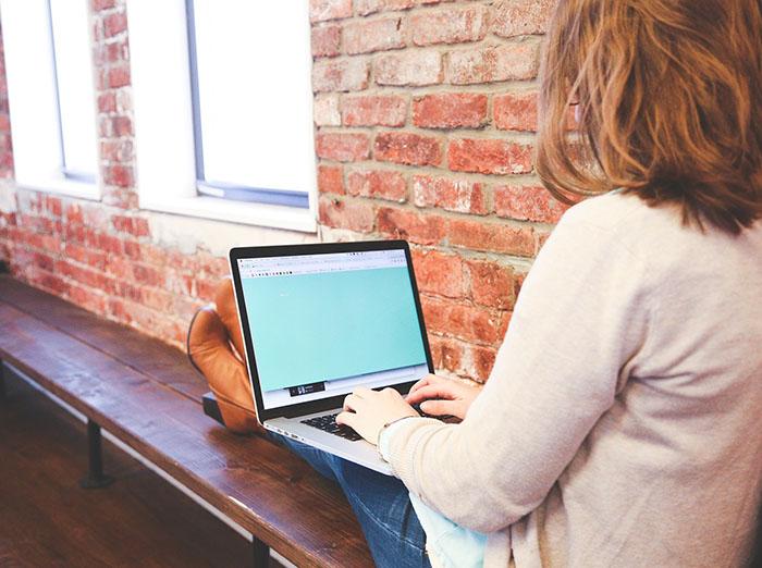 Mokslų ir darbų sezonui prasidėjus, specialistai įspėja: netaisyklinga sėdėsena prie kompiuterio gali sukelti rimtų sveikatos sutrikimų
