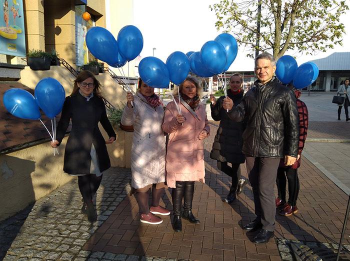 Vaiko teisių gynėjai praeiviams dovanojo balionus