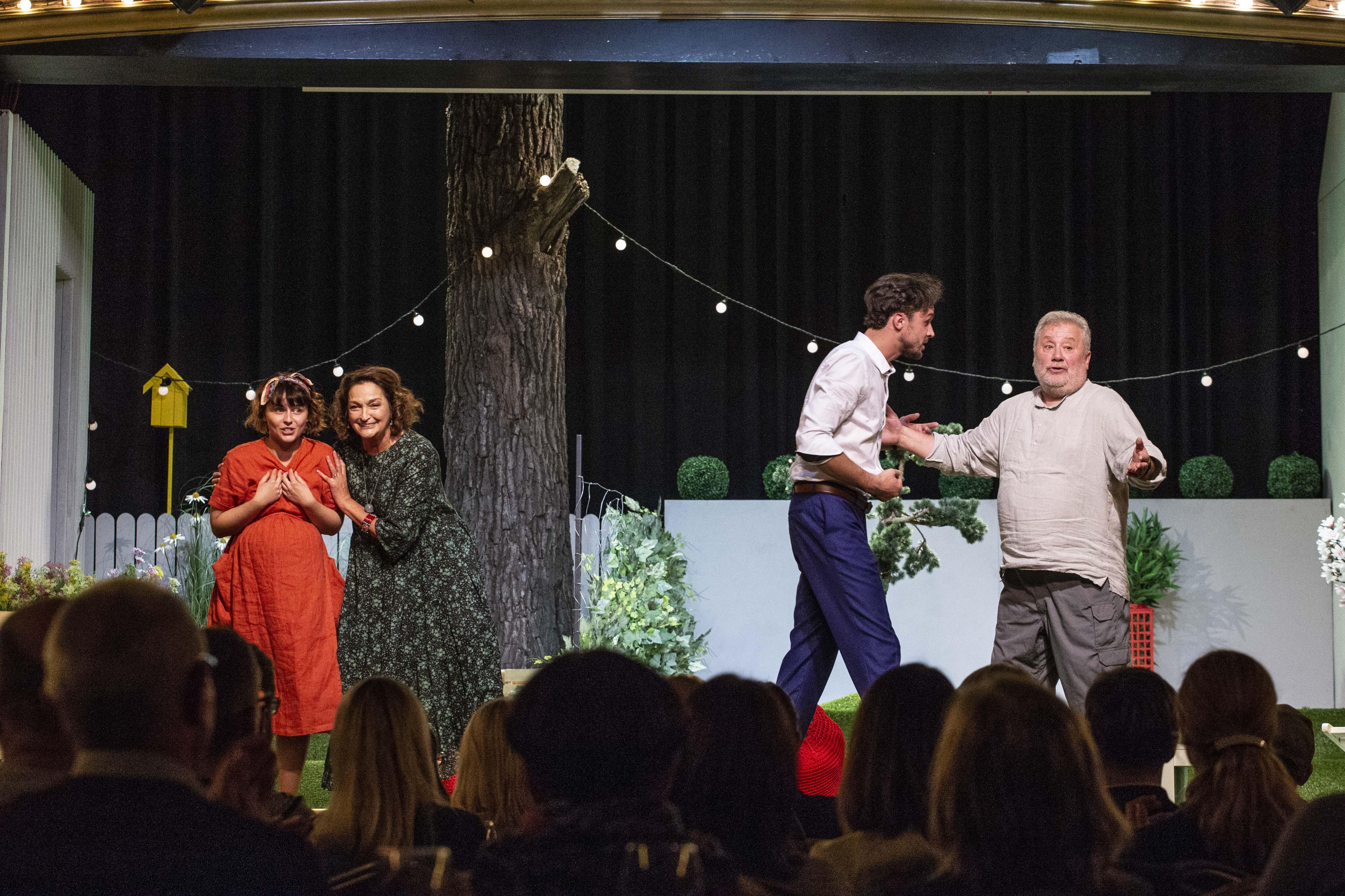 Naujoje komedijoje apie kaimynų santykius susitinka dvi aktorių kartos