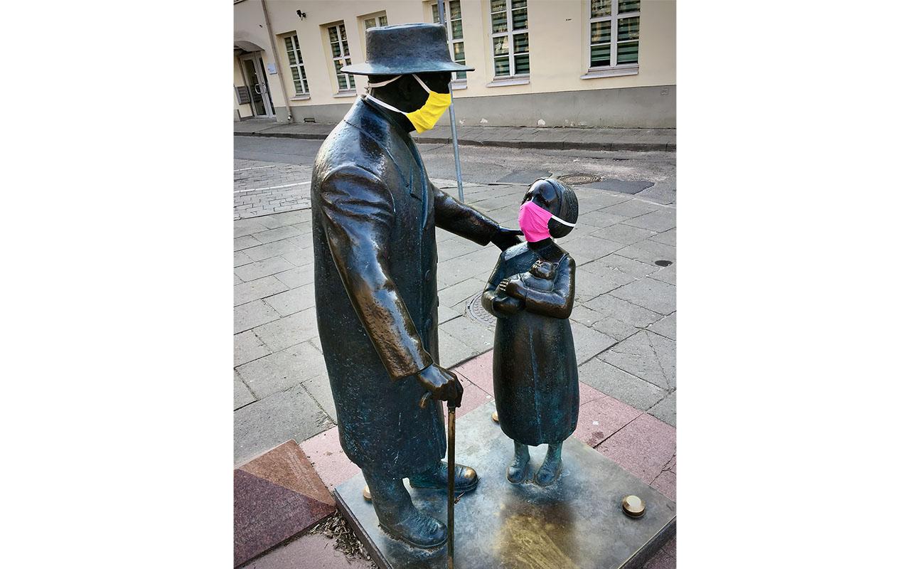 Skulptūra su kauke – gydytojui, metusiam iššūkį epidemijoms