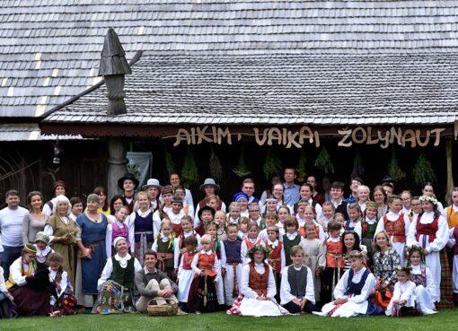 """Stovykla """"Aikim, vaikai, žolynaut"""" pakvietė į Marijampolės kultūros centrą"""