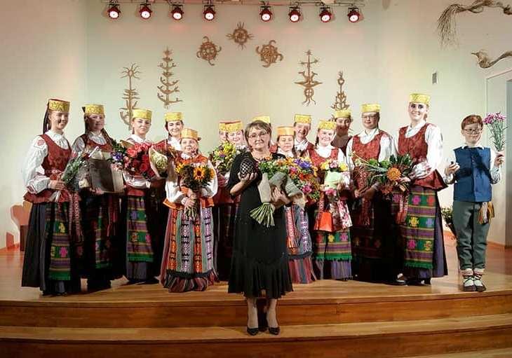 """""""Aukso paukštės"""" apdovanojimas – Marijampolės meno mokyklos ansambliui """"Tūto"""" ir jo vadovei Daivai Vosylienei"""