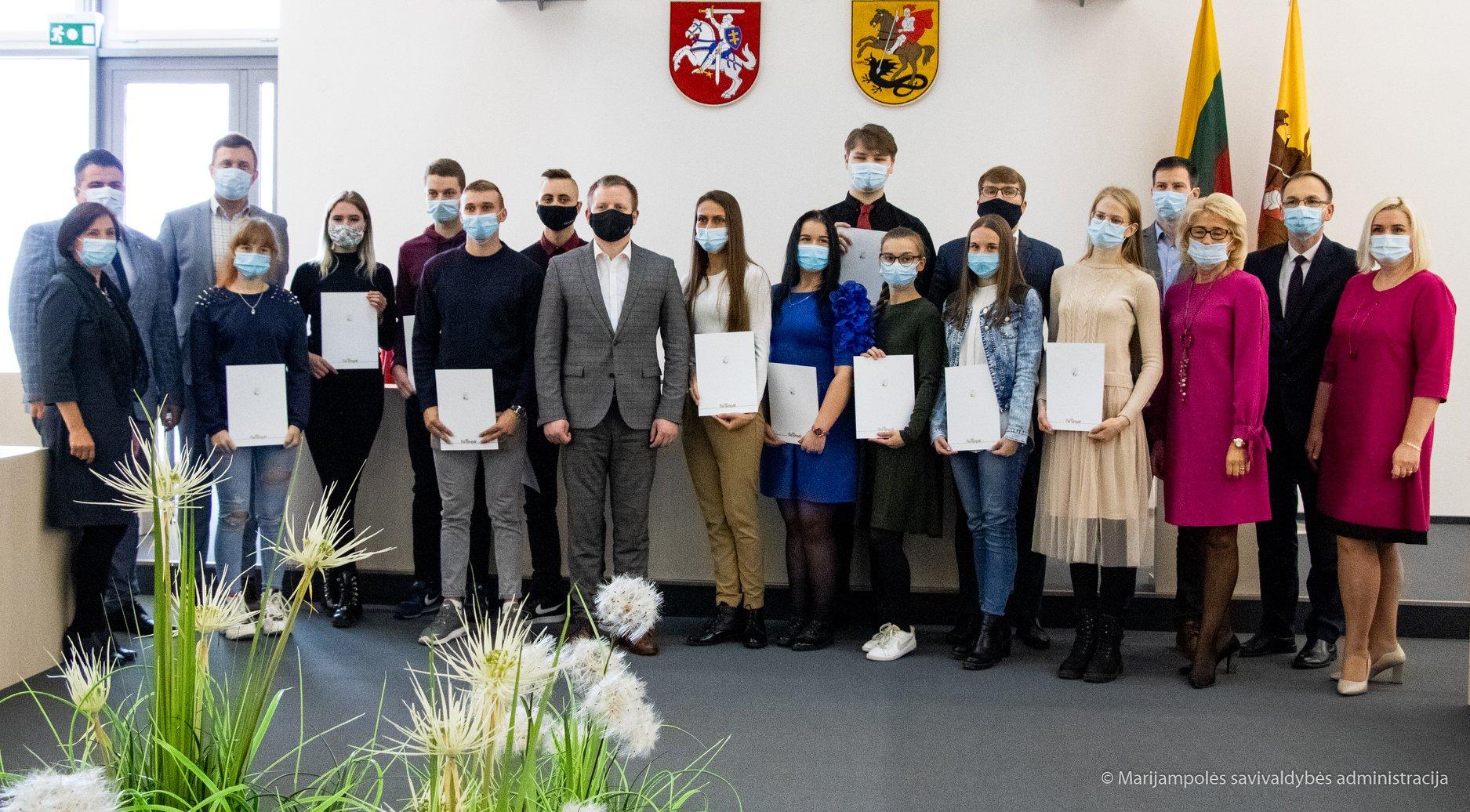 Įteiktos stipendijos kolegijos studentams ir profesinio rengimo centro moksleiviams