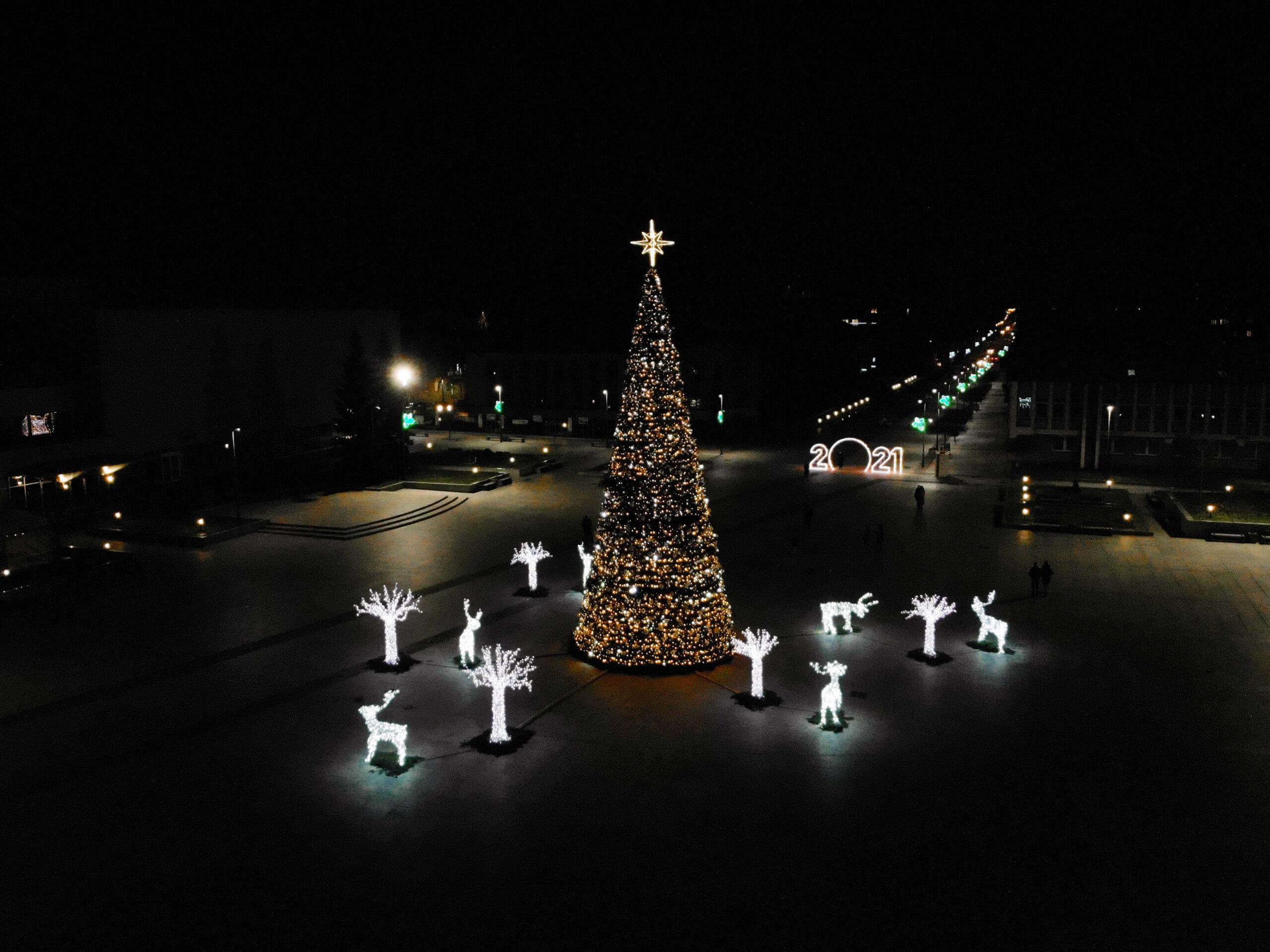 Žaviausią kalėdinę eglę Marijampolė įžiebė tyliai ir saugiai – centrinėje aikštėje nušvito visa šventinė giria