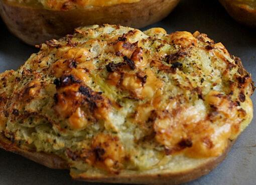 Faršu ir grybais įdarytos bulvės orkaitėje keptos su sūriu