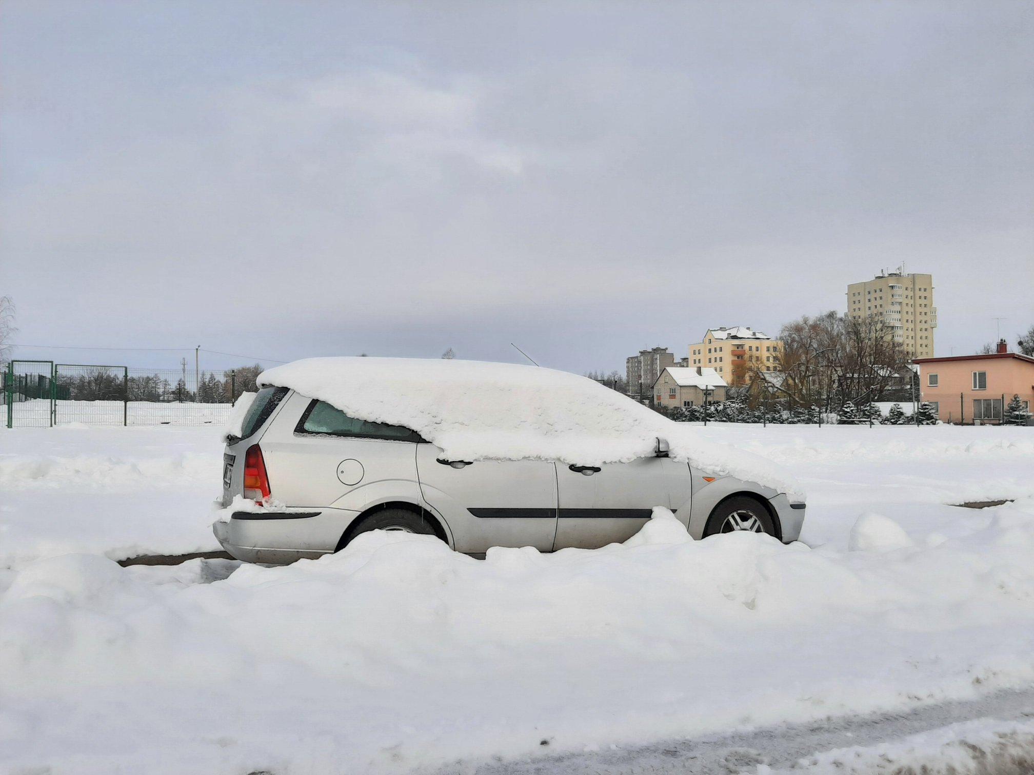 Palikti automobiliai trukdo tinkamai nuvalyti gatves