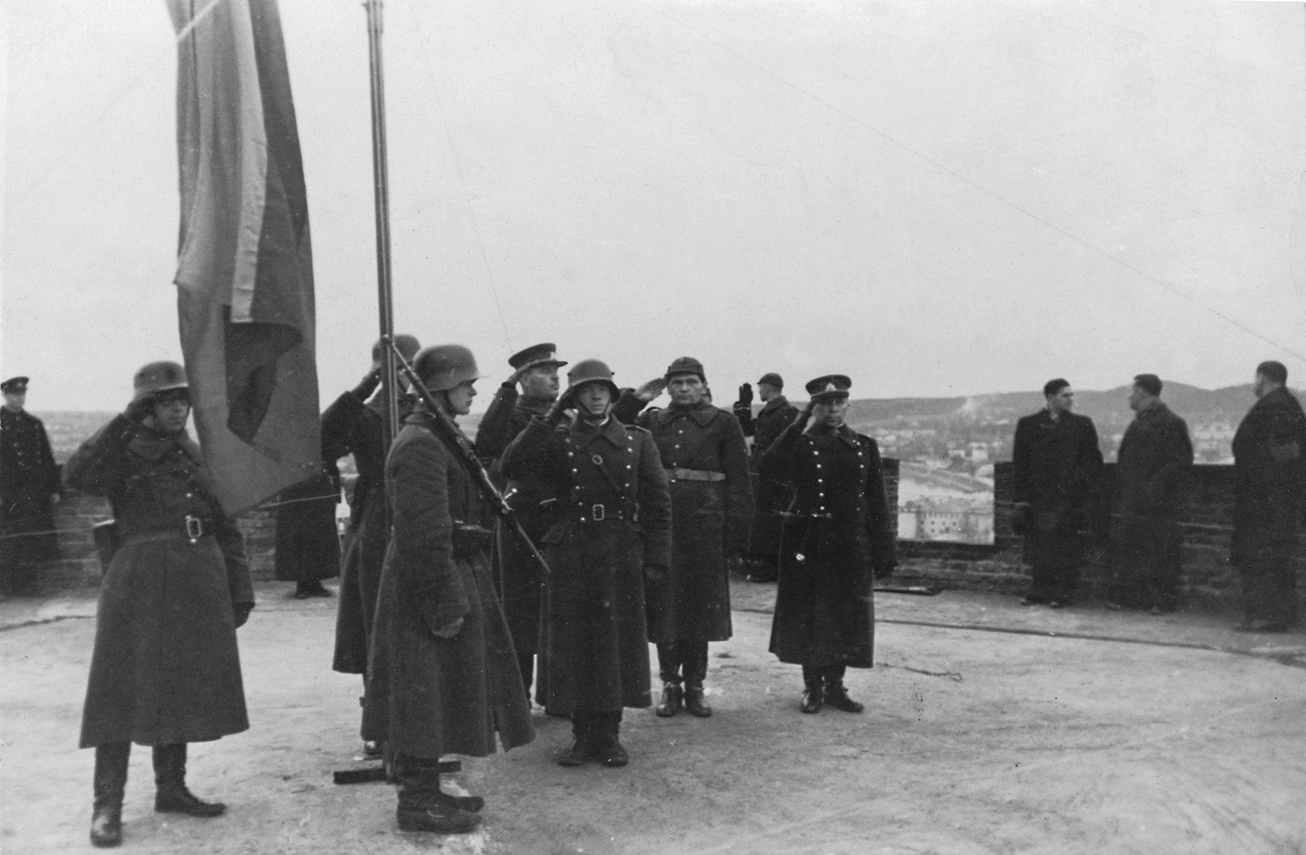 Istorija kitaip: Vinco pasikalbėjimai su Jonu apie lietuviškos trispalvės istoriją Gedimino bokšte