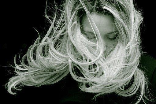 Kova su plaukų slinkimu: kas padės?