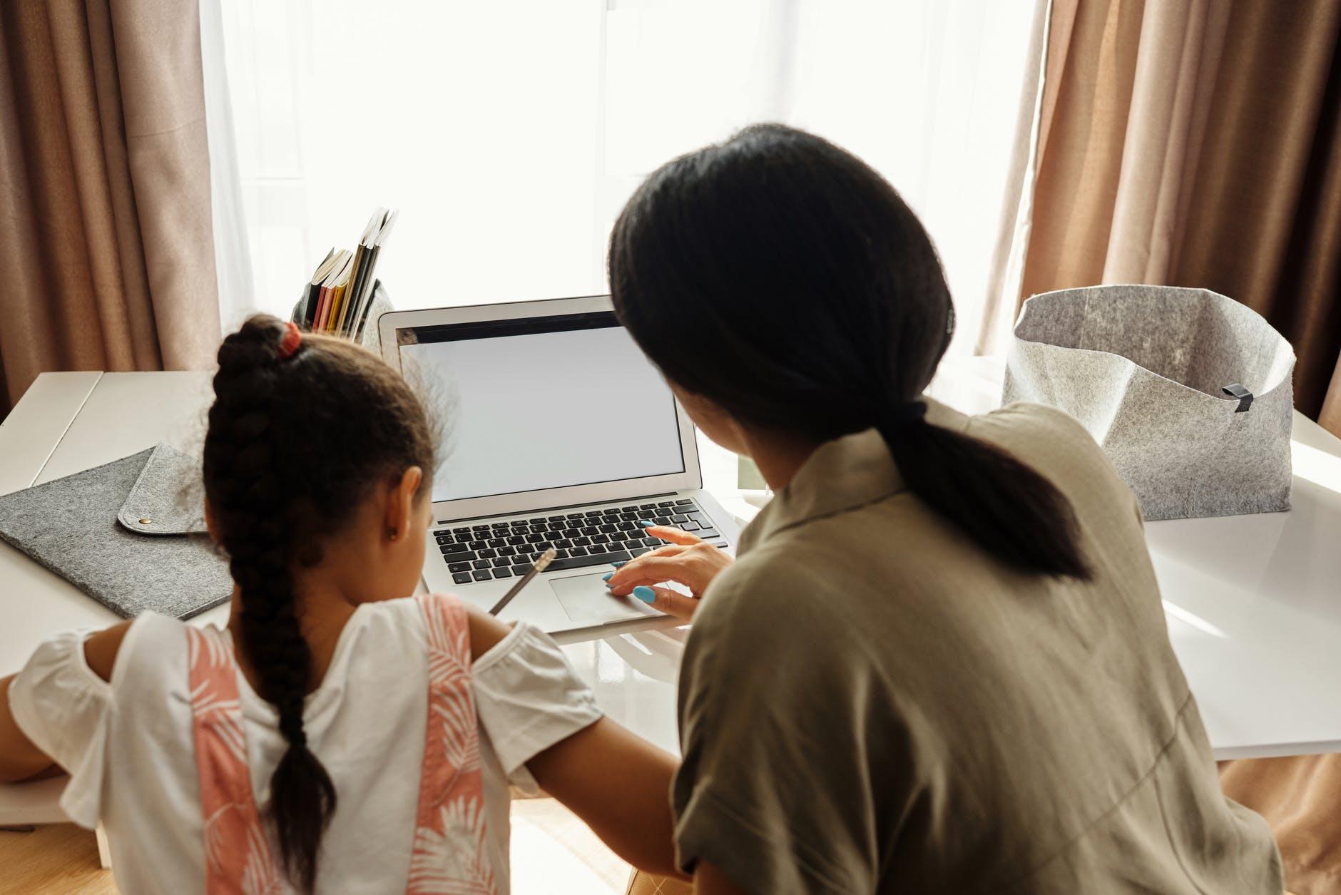 Psichologės patarimai ne tik vaikams, patiriantiems patyčias, bet ir tėvams bei mokytojams, pastebintiems, kai tyčiojamasi iš vaiko