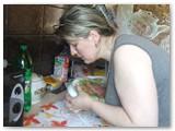 Edita Valukonienė išima iš indo jau gerai sustengusį tortą.