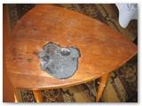 Stalelis su žymėmis sudegintų mobiliųjų telefonų.