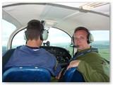 Lakūnas-instruktorius Gintautas Staniulis su būsimuoju pilotu.