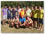 T. Endriukaitis (apačioje, centre) Kidulių miestelio šventės sporto varžybose su tinklinio turnyro nugalėtojais. Pirmoji vieta pelnytai atiteko jo komandai. (Nuotrauka iš asmeninio archyvo)