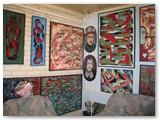 Namų sienas tebepuošia menininko darbai. Autorės nuotrauka.