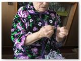Anelė Mačiokienė ir dabar su adata, siūlais beveik nesiskiriasavo randarbių kambarėlyje. Autorės nuotrauka.