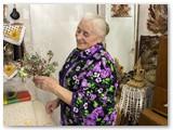 Anelė Mačiokienė savo randarbių kambarėlyje. Irenos Tamulynienės nuotrauka.