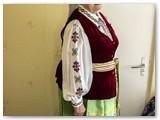 Anelė Mačiokienė vilki savo rankomis siūtus tautinius drabužius. Irenos Tamulynienės nuotrauka.