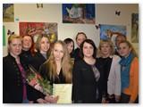 Prie piešinių autorė su VTAS darbuotojais, globėjais ir svečiais.