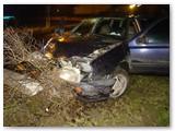 Lemtinga avarija: nesuvaldyta mašina rėžėsi į gatvės apšvietimo stulpą, šis po 8 sekundžių virto ir tik tada pražudė buvusį nesužalotą mašinos keleivį, jau tolusį nuo avarijos vietos.