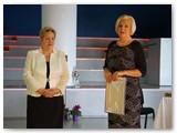 Marijampolės savivaldybės Socialinių reikalų departamento direktorė Daiva Pankauskienė (dešinėje) linkėjo A. Blauzdžiūnienei niekada nestokoti idėjų, kurti vis naujus naudingus projektus ir žadėjo Savivaldybės paramą jiems įgyvendinti.