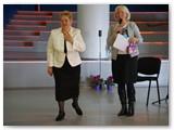 Vilniaus miesto krizių centro direktorė Nijolė Dirsienė (dešinėje), sveikindama kolegę, minėjo, kad vadovauja truputį jaunesniam Centrui Vilniuje, įsteigtam prieš 18 metų.