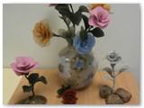 Nijolės Skroblienės rankdarbiai stebina įvairumu, fantazija ir kruopštumu.O čia senjorių, TAU studenčių, gėlės.