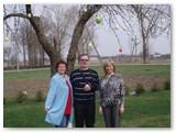 """2009-ųjų balandis: prie pirmą kartą sodyboje dar labai kukliai papuoštos Velykų obels įsiamžino jos """"krikšto mama"""" Vaida (dešinėje) ir Vaidos dėdė su dėdiene."""