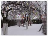 Pernai obelis buvo papuošta prieš pat Verbų sekmadienį, o šią dieną kiemo puošmeną dar pagražino puraus sniego sluoksniai.