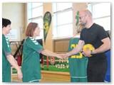 Futbolo entuziastas iš Keturvalakių Povilas Melnykas pasisveikina prieš rungtynes su komandų žaidėjomis.