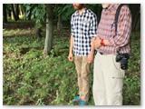 Autoriaus nuotraukoje – tėvas ir sūnus Kahanskiai meldžiasi prie protėvių kapo.