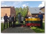"""Griškabūdžio bendruomenei komisija įteikė projekto""""Lietuvos vėliava"""" trispalvę."""