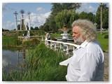 Lukšių seniūnas Vidas Cikana aprodo komisijai miestelį.